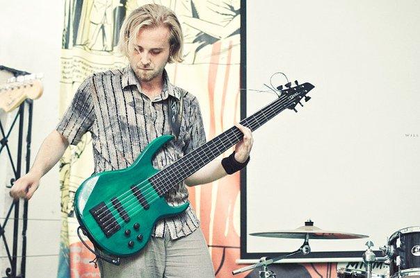 На фото: Юра. Концерт «Девять» на открытой сцене клуба «Squat». Автор фото: Willi-h. Дата: 16.07.2010.