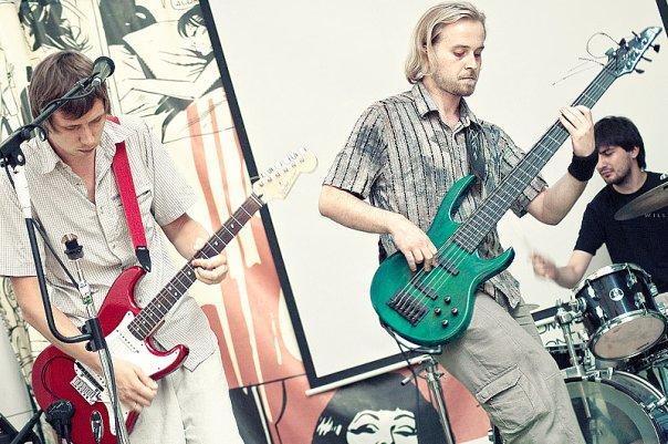 На фото: Чой, Юра, Саша-Лавэ. Концерт «Девять» на открытой сцене клуба «Squat». Автор фото: Willi-h. Дата: 16.07.2010.